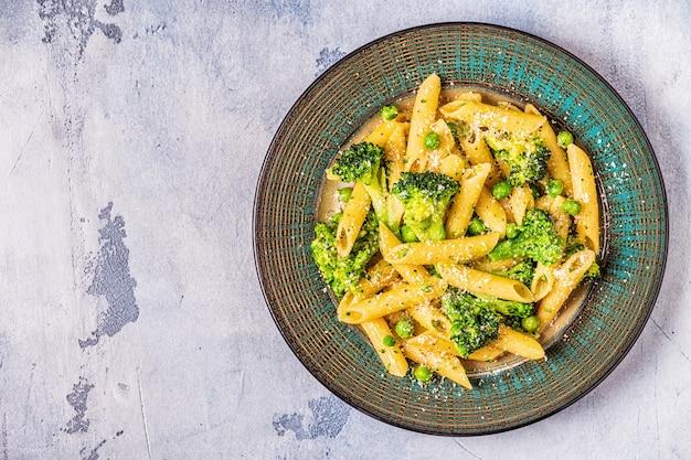 Pasta met broccoli, doperwtjes, knoflook en kaas
