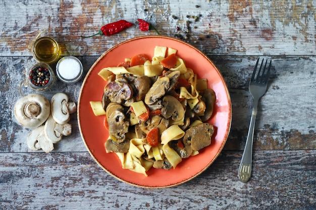Pasta met champignons in een romige saus.