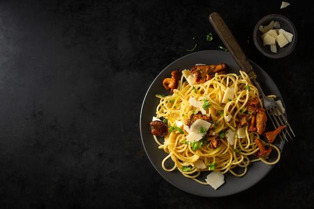 Pasta met champignons op plaat