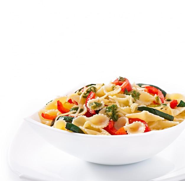 Pasta met courgette en paprika met basilicum-knoflookdressing