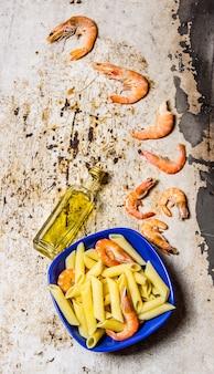 Pasta met garnalen en olijfolie. op een rustieke tafel. bovenaanzicht