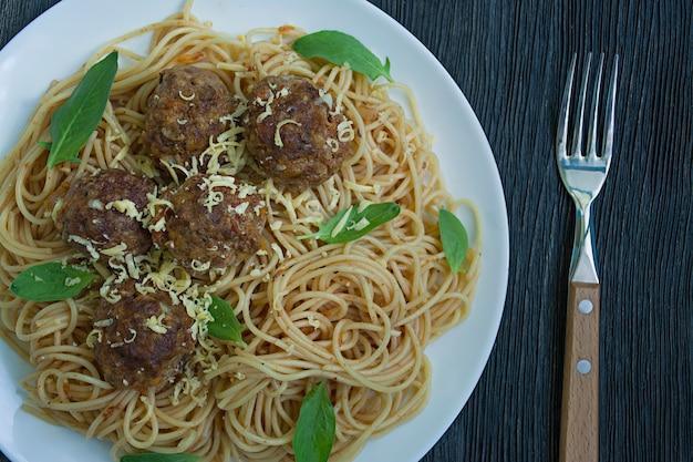 Pasta met gehaktballen en peterselie in tomatensaus