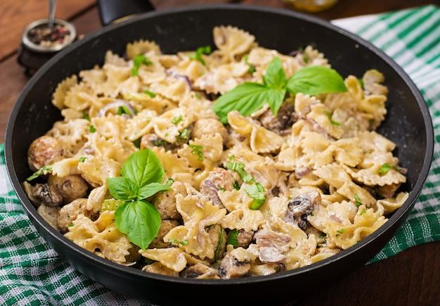 Pasta met gehaktballetjes en champignons in roomsaus