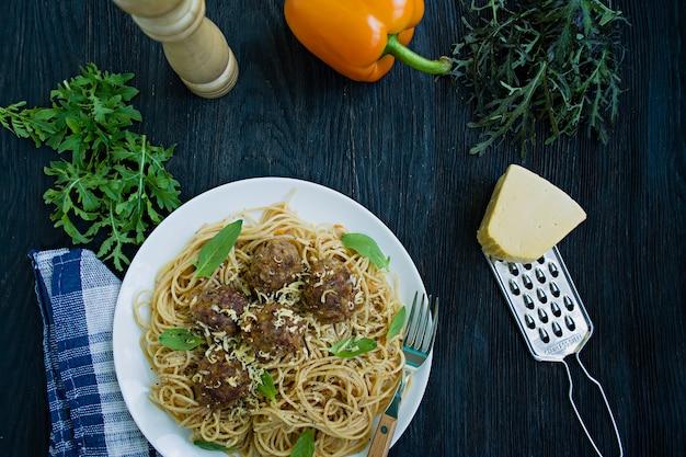 Pasta met gehaktballetjes en peterselie in tomatensaus