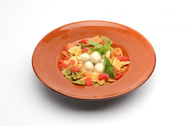 Pasta met gehaktballetjes van kip en groenten in een romige saus
