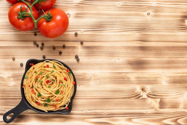 Pasta met kruiden op een houten achtergrond. bovenaanzicht. kopieer ruimte.