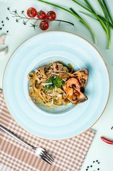 Pasta met oesters met kruiden en kaas