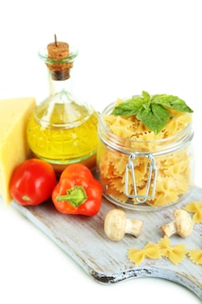 Pasta met olie, kaas en groenten op wit