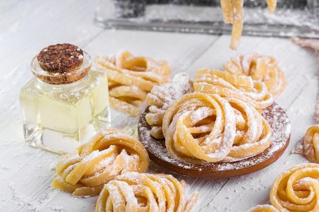 Pasta met pasta ingrediënten op de donkere houten tafelblad bekijken