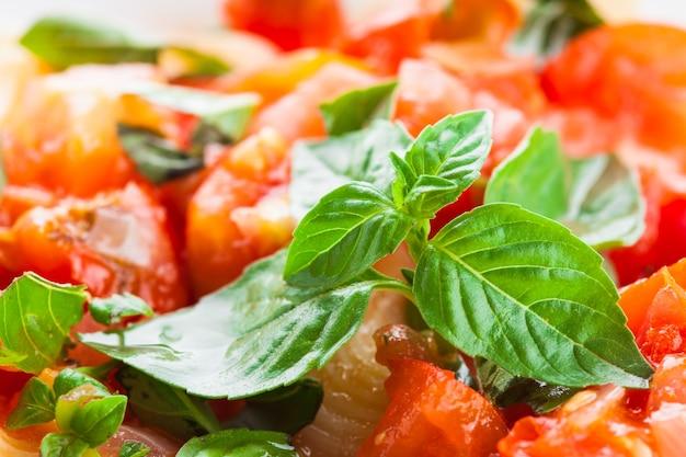 Pasta met saus van verse tomaten en basilicum, close-up