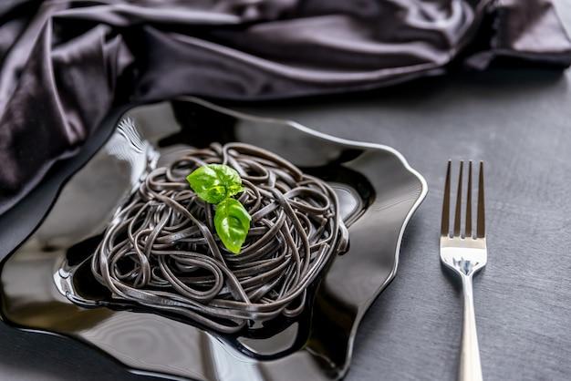 Pasta met tarwekiemen en zwarte inktvisinkt