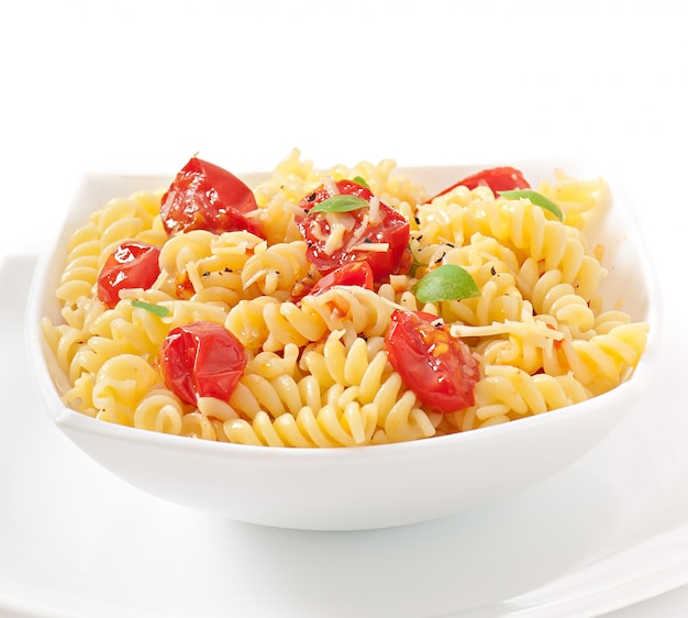 Pasta met tomaat, basilicum en geraspte kaas