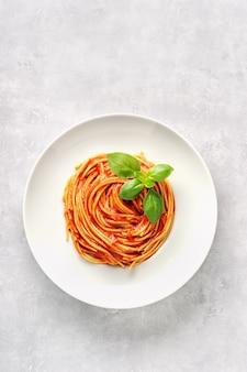 Pasta met tomatensaus en basilicum