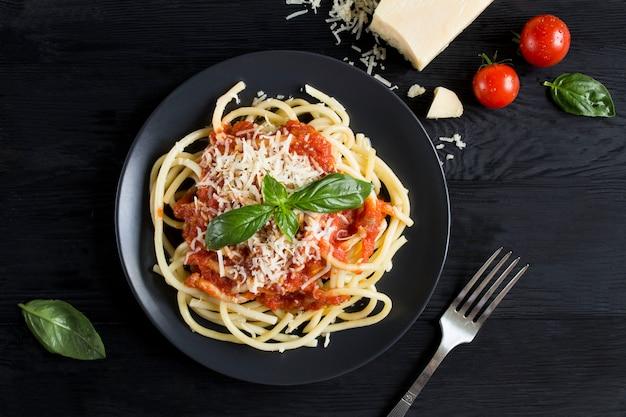 Pasta met tomatensaus en parmezaan