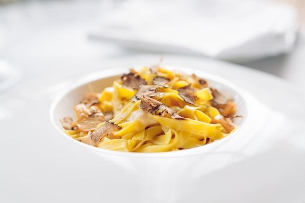 Pasta met truffels, typisch herfstgerecht. restaurantmenu gerecht.
