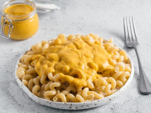 Pasta met vegan romige chia cheddarsaus