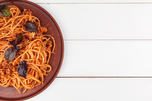Pasta met vlees, tomatensaus en groenten op tafel