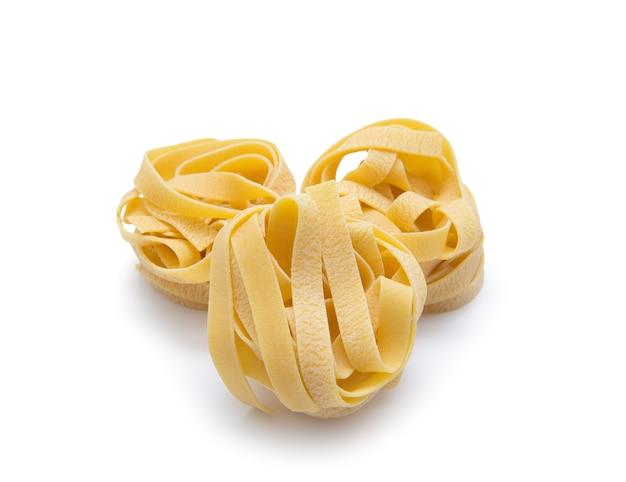 Pasta nest ongekookte tagliatelle geïsoleerd