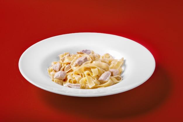 Pasta, noedels met kip, kalkoen voor het menu