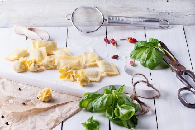 Pasta ravioli op bloem met basilicum