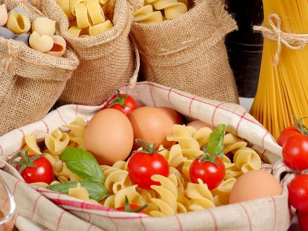 Pasta's met eieren en cherry tomaten