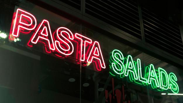 Pasta salades ondertekenen in neonlichten