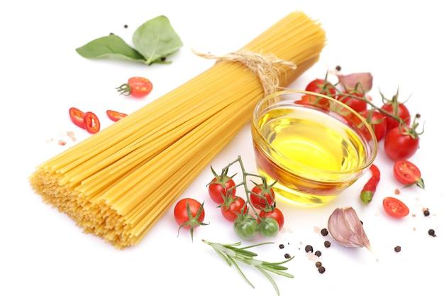 Pasta spaghetti, groenten, kruiden en olie