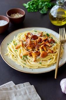 Pasta spaghetti met champignons, cantharel en parmezaanse kaas. gezond eten. vegetarisch eten. italiaans eten.