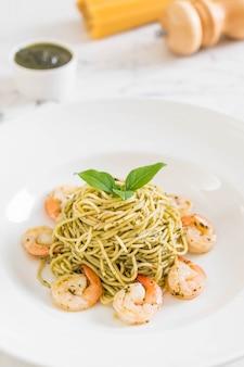 Pasta spaghetti met pesto groen en garnalen