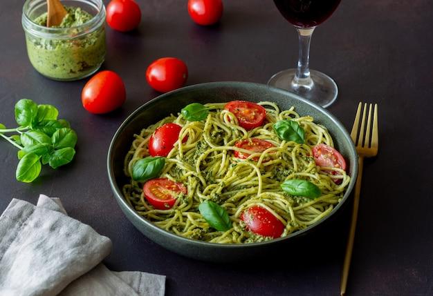 Pasta spaghetti met pestosaus, tomaten en basilicum. gezond eten. vegetarisch eten.