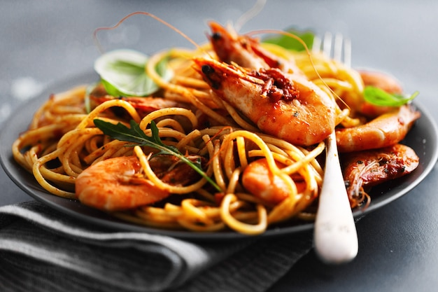 Pasta spaghetti met tomatensaus en garnalen
