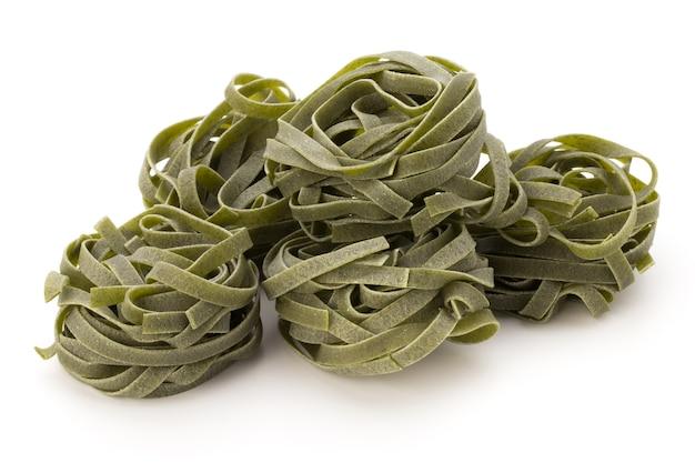 Pasta spinazie, voedsel op wit geïsoleerd