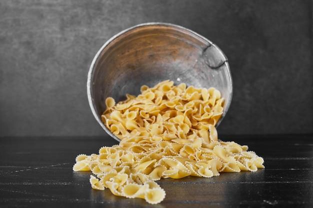 Pasta uit een metalen beker