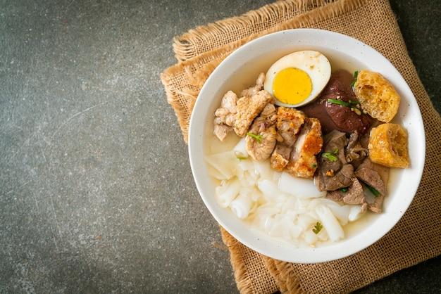 Pasta van rijstmeel of gekookt chinees pastavierkant met varkensvlees in heldere soep. aziatische eetstijl