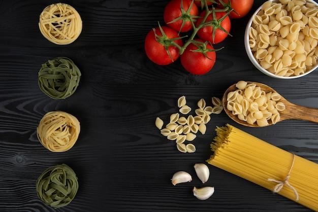 Pasta variëteiten geserveerd met tomaten en knoflook