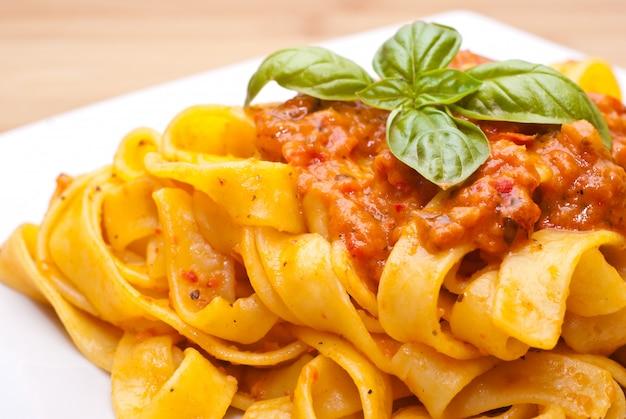Pasta versierd met basilicumbladeren