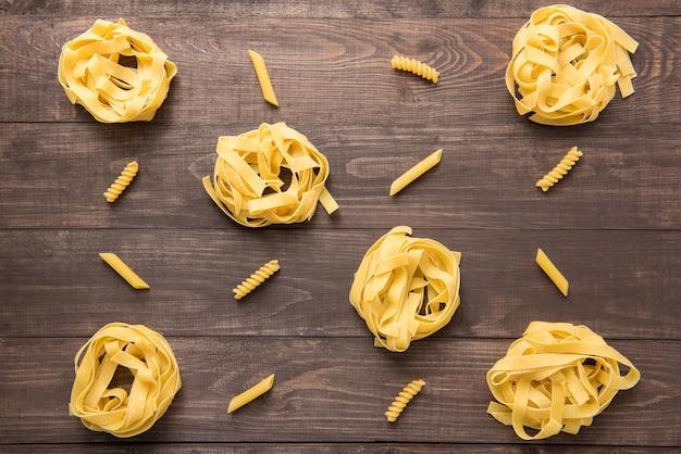 Pasta vormen collectie op een houten achtergrond