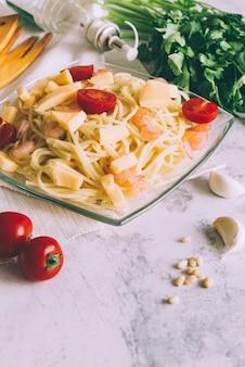 Pastagerecht met tomaten