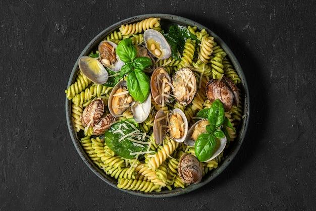 Pastasalade met zeevruchten, vongole-kokkels, fusilli, spinazie, parmezaanse kaas, pijnboompitten en basilicum