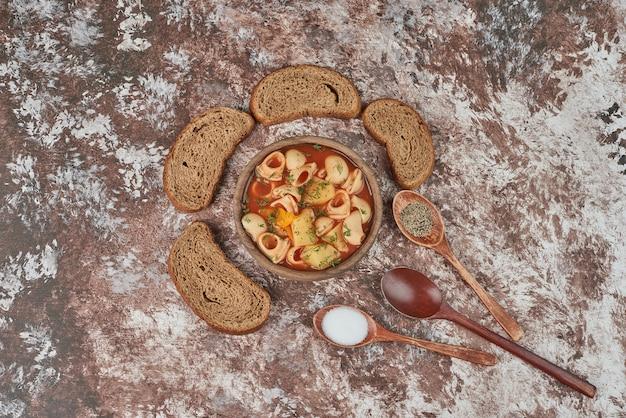 Pastasoep met een groenteschotel eromheen