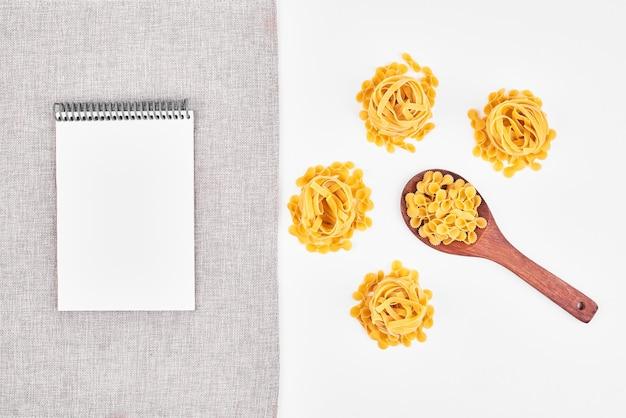 Pastasoorten met een blanco papier opzij.