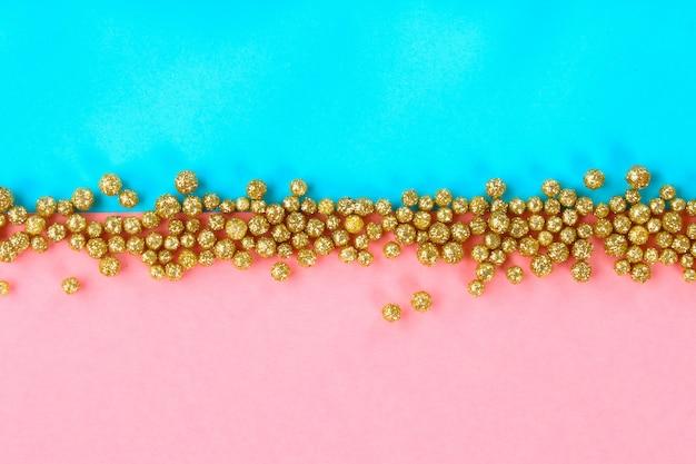 Pastel achtergrond versierd met glanzende decoratieve sterren en ballen.