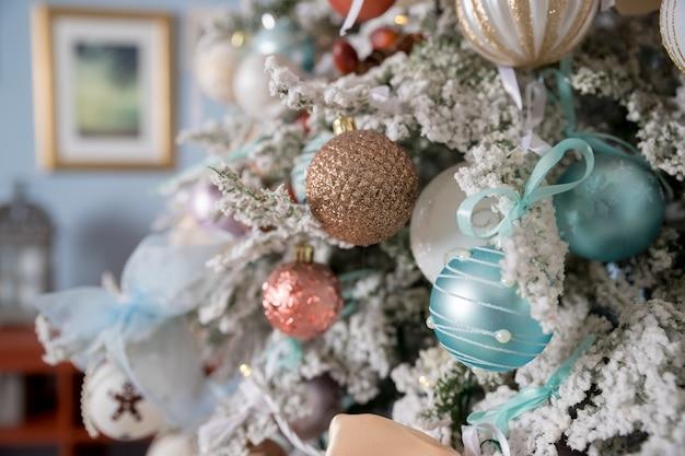 Pastel decoratie op kerstboom