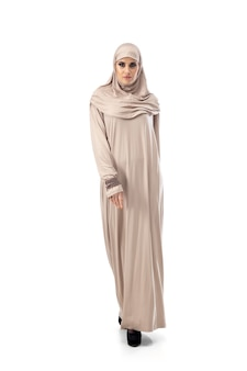 Pastel. mooie arabische vrouw poseren in stijlvolle hijab geïsoleerd mode, schoonheid, stijl concept. vrouwelijk model met trendy make-up, manicure en accessoires.