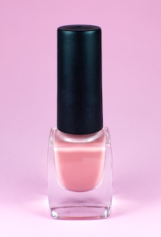 Pastel nagellak op roze achtergrond. make-up, cosmetica, schoonheid. sluit omhoog, macro.