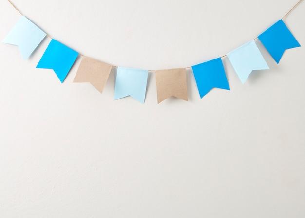 Pastelkleurbunting document dat op het slodpapier van de pastelkleur wordt gesneden besnoeiing op heldere grijze muur backgroun