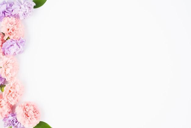 Pastelkleurige bloemen die één kant ontwerpen