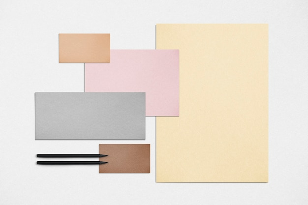 Pastelkleurige briefpapierset met brieven, visitekaartjes en pennen