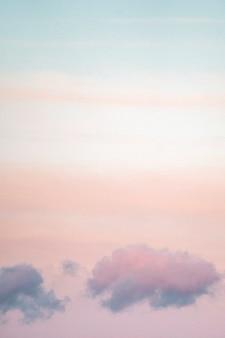 Pastelkleurige lucht bij loughrigg fell, het lake district in engeland