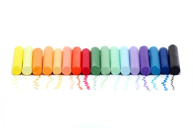 Pastelkleurige plastic colous op wit